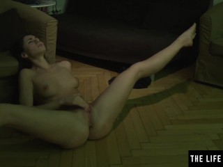 Sexy brunette masturbates avidly as she watches herself on screen