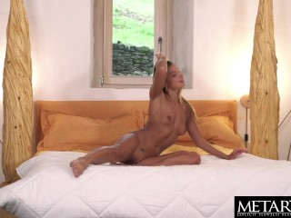 Stunning model twerks her perfect ass while fingering her pussy